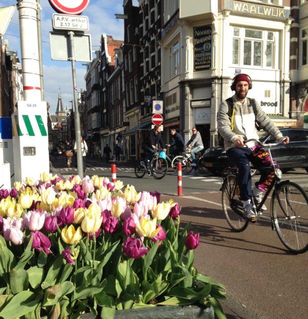 アムステルダム市内での最大の移動手段は自転車だ
