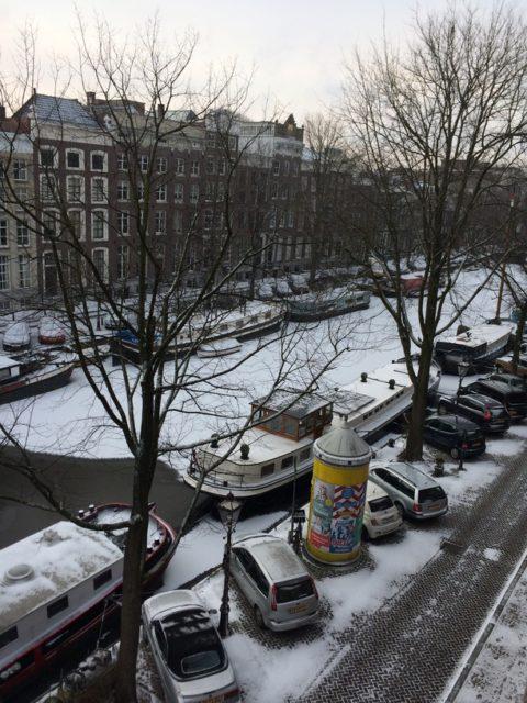 自宅アパートの窓から。オランダの冬は寒く暗いが、運河が凍結するのは珍しい
