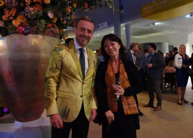 ひまわりジャケット着用のゴッホ美術館アクセル・ルガー館長と筆者