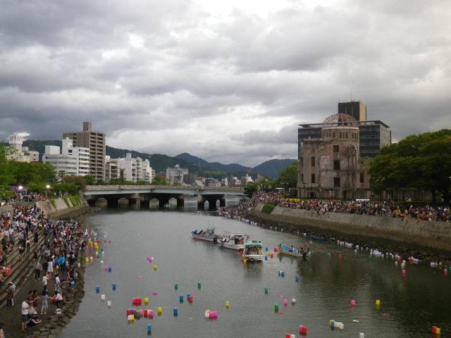 8月6日の原爆の日、夕暮れ時の原爆ドーム(右)の周辺にはとうろう流しを見るために多くの人が集まっていた。