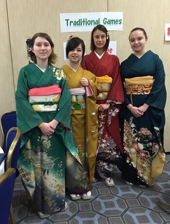 着物を着て新春祭りに参加した学生たち