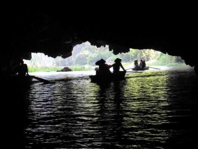 タムコックの川下り石灰岩のトンネル(写真提供:藤本)