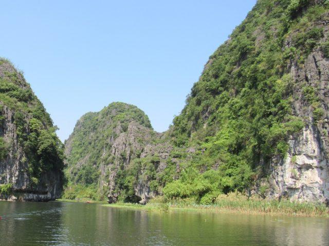 ベトナム・チャンアンの世界遺産、石灰岩カルストの間を流れるタムコックの川(写真提供:藤本)