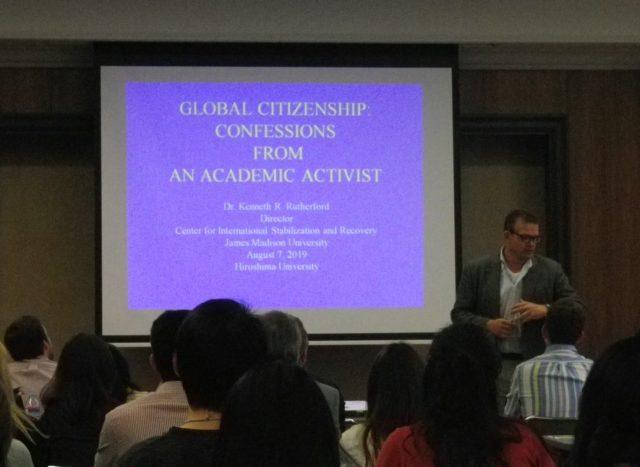 広島大学で講演するケン・ラザフォード