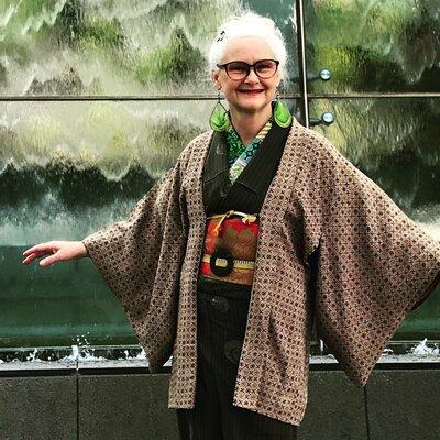 地味な羽織りと着物が、明るい色の帯、襟、ピアス、ベルトのバックルの帯留めで個性的に!自作らしい襟は、多めに見せています(写真提供: Sheila Cliffさん)