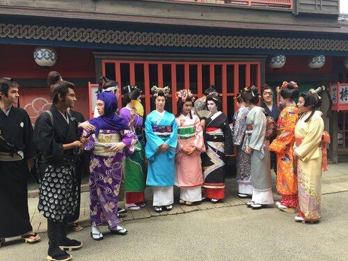 京都太秦大映スタジオで着物を着て変装した学生たち