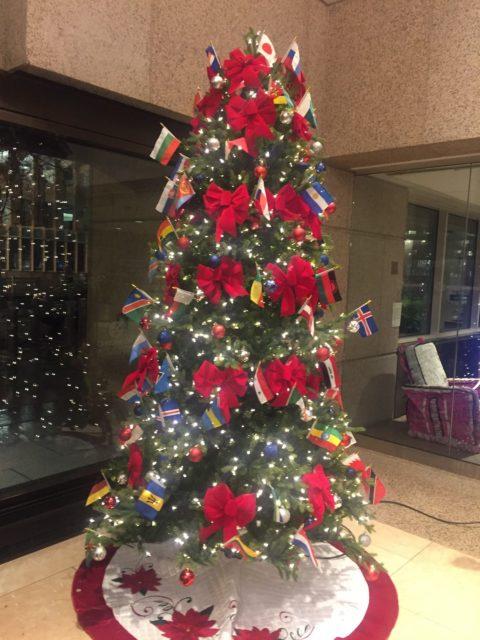 世界各国の国旗が飾られたクリスマスツリー(世界銀行のロビーで)