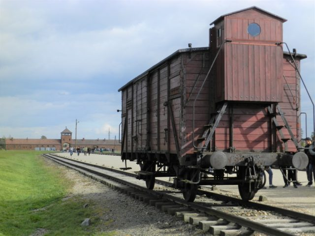 ビルケナウ収容所の貨車と「死の門」