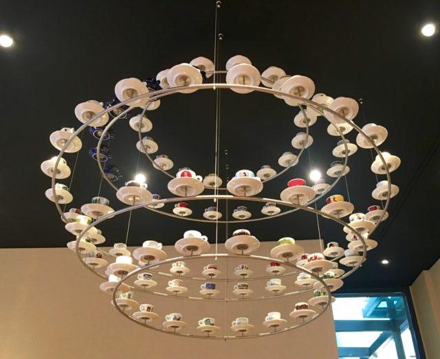 Illy Café の天井から吊るされている飾りは オリジナルデミタスカップ