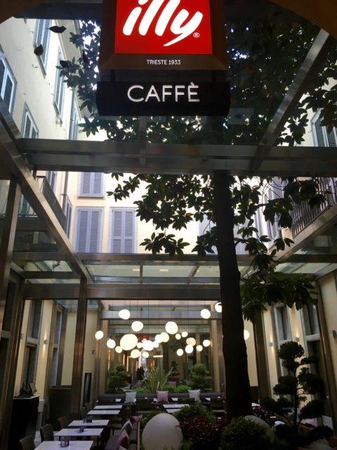 ファッション地区にある建物の中庭にオープンしたIlly Café