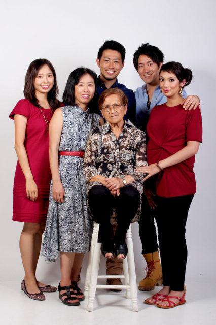 夫の他界後、チリ人義母を囲んで撮影した家族写真。筆者は中央左。長男夫妻、次男夫妻とともに
