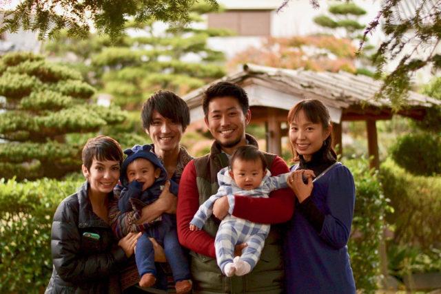 山口県田舎の実家に集合した長男一家と次男一家。孫の一男一女も一緒に。(2018年現在、もう一人ちびちゃんが増えました)