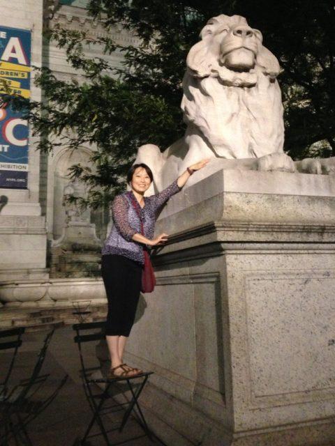 NY公共図書館の有名なライオンと一緒に