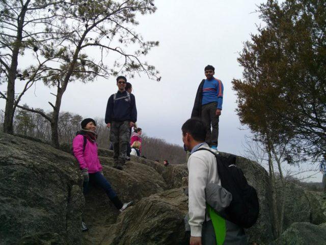 友人たちと会話を楽しみながらハイキング(筆者は左)