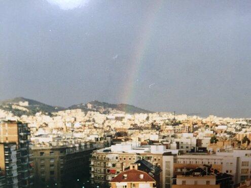 虹がかかるティビダボ山