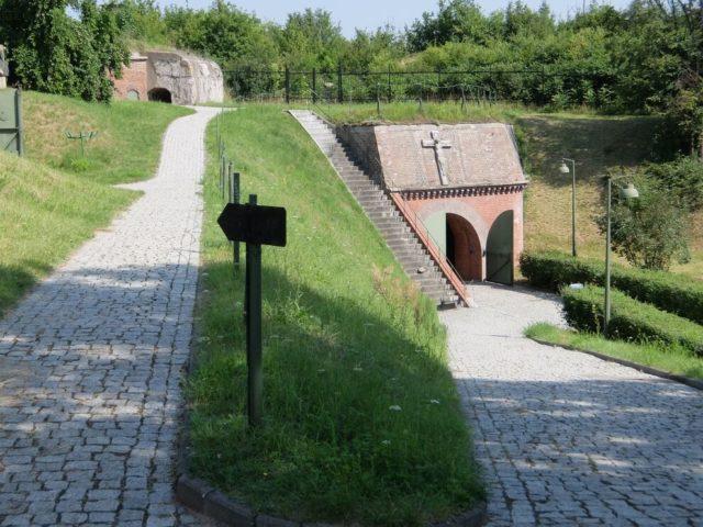 緑の小山に覆われた「第7砦」