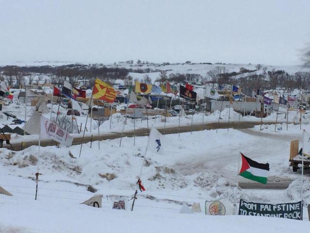 いろいろなインディアン部族や国の旗がひるがえるキャンプ