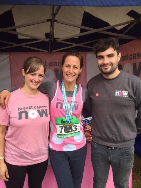 チャリティー・マラソンを完走したベルギー育ちのブルガリア人ビリアナ(中央)。英国のパスポートを申請中