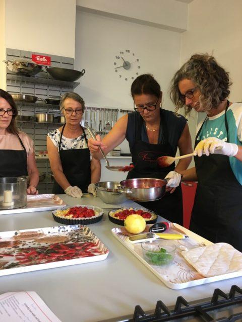 パイを作る先生と教室の生徒たち