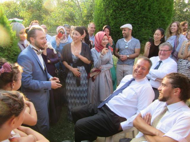 花婿が花嫁の男性家族と交渉中