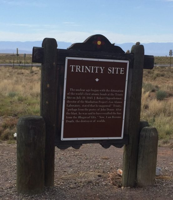 ホワイトサンズ・ミサイル実験場への道しるべ。トリニティー・サイトの名称の由来とバガヴァッド・ギーターの一節の説明がある
