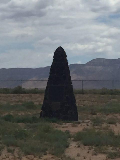 実験塔があった場所に建てられた記念碑