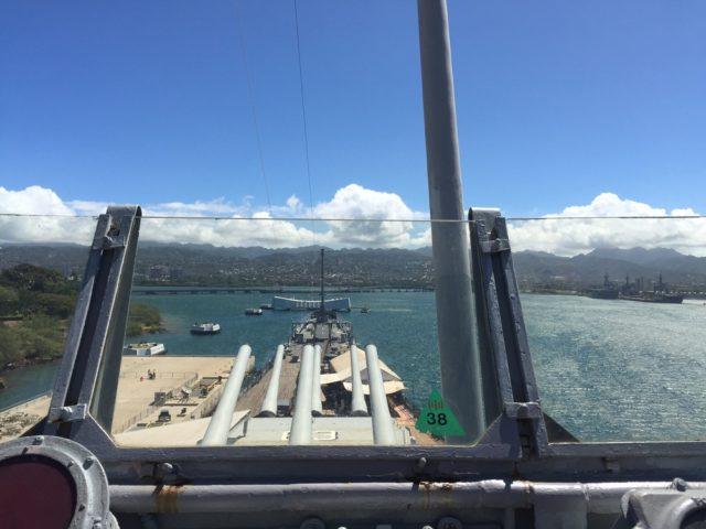 沖縄では特攻機の攻撃を受け、終戦時には日本が降伏文書に調印する舞台にもなった戦艦ミズーリ。現在は真珠湾で記念館として公開されている