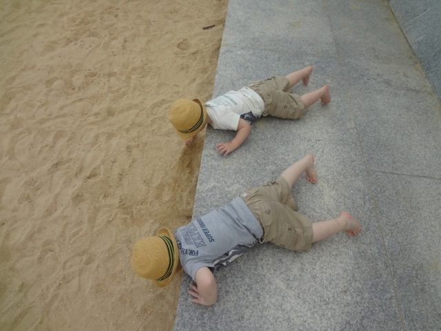 双子の息子たちが2歳のころ、ナショナルハーバーにて