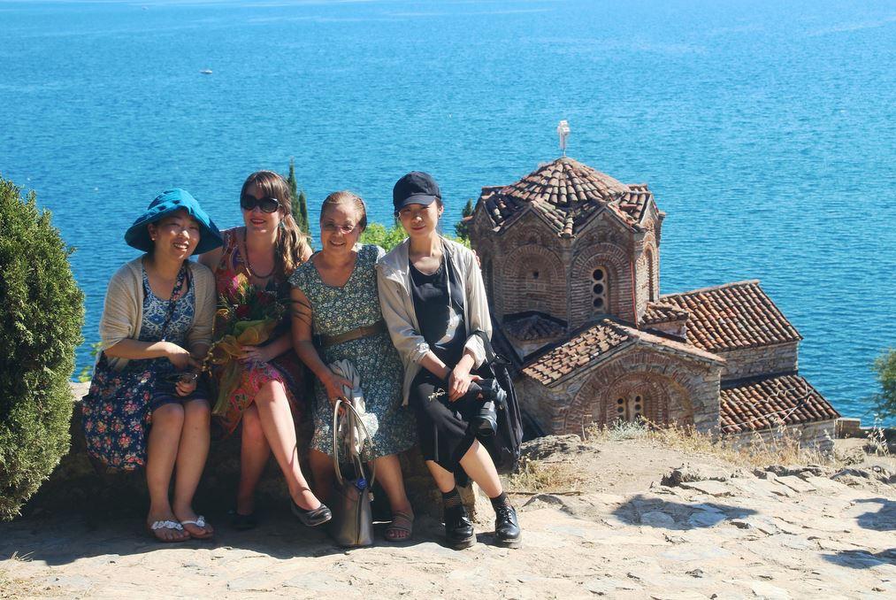 マセドニアのオーリド湖畔にて。背景に立つ教会は17世紀に建てられたSt John Kaneo。筆者は右から2人目
