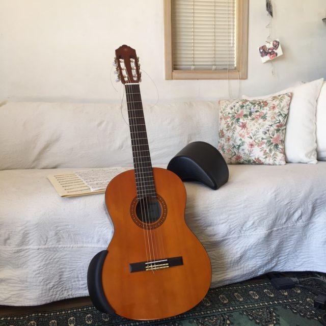 居間の練習定位置。譲り受けたギターを皮切りに5本目になる軽量ジュニアギター