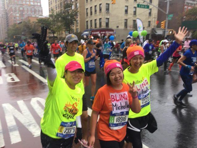 マラソンの半分ほどを走り終わったあたりで。オレンジのTシャツを着ているのがミシェル