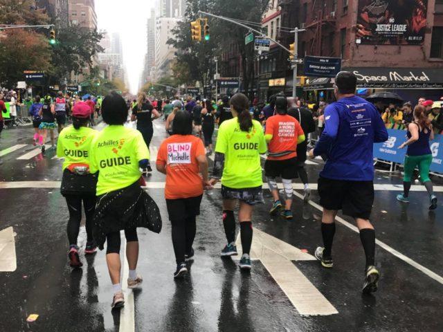 ニューヨークの5番街で大声援を受けて走るチーム