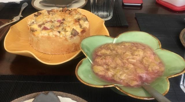 ルバーブケーキ(左)とルバーブコンポート(右)