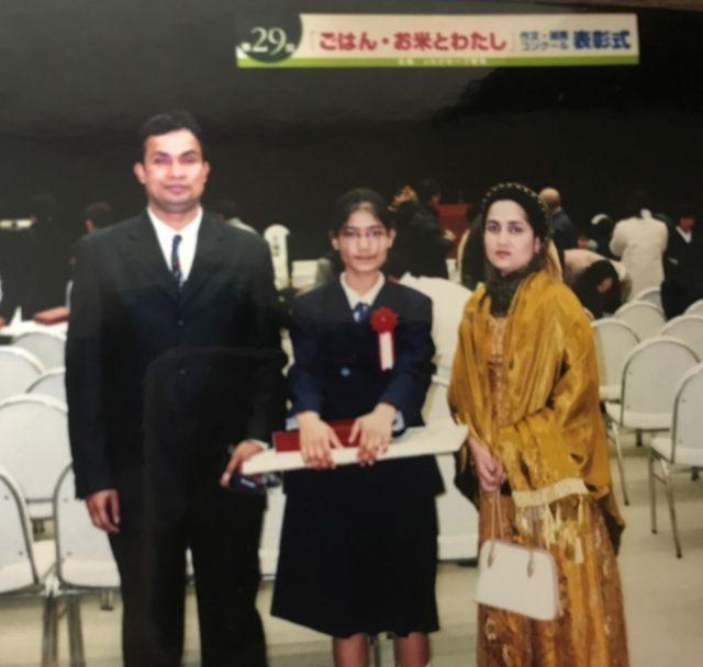 作文コンクールで表彰された時に両親と