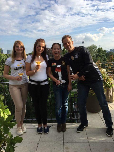 友達とのワールドカップ観戦パーティー。私や友人のTシャツの左胸にはドイツの4度の優勝を祝う星が4つある