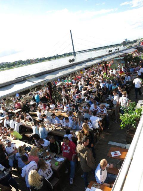ライン川沿いのバー・レストランは、試合のある日は試合の実況放送を見に集まる人たちで満席になる