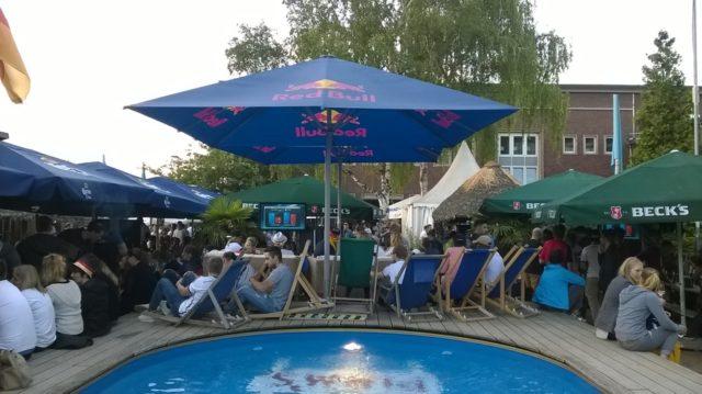 プールもあるデュッセルドルフのビーチバー、Treibgutでの観戦パーティー。ゴールの度にプールに飛び込む人がいる