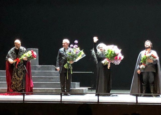 オペラ「イル・トロバトーレ」終演後のカーテンコール。「トロバトーレ」を指揮したワレリー・ゲルギエフは左から2人目