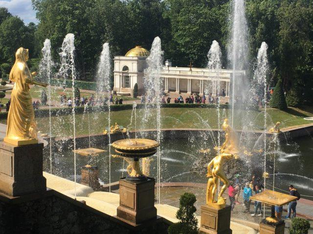 ぺテルゴフ離宮の噴水。写真右下にいる人物と比べると、大きさがわかる