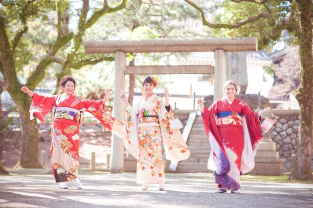 北九州で出会った友達と着物での記念写真(2018年、筆者は右)