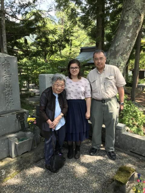 大叔母と父と山梨県でのお墓参り(2018年、筆者は中央)