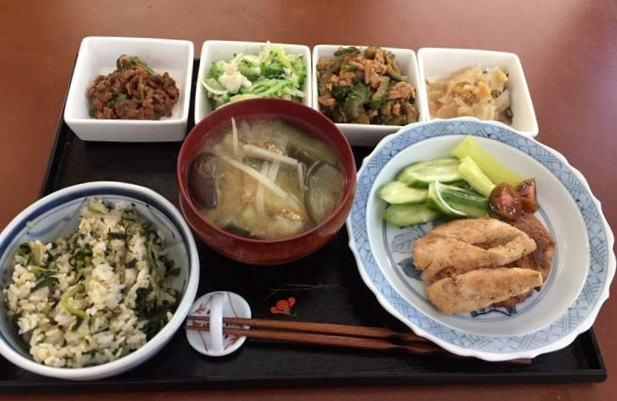 四角いお皿の真ん中2皿が苦瓜料理、緑色が苦瓜サラダ、隣は苦瓜の味噌煮