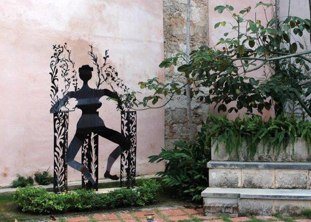 キューバのハバナに展示されている「踊る農夫」