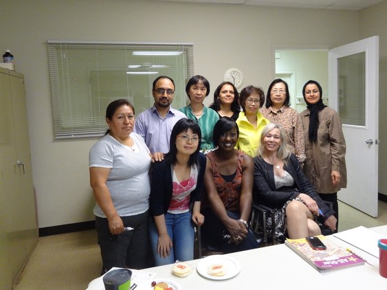 一緒に英語を学んだ友人たちと先生(筆者は前列左から2人目)