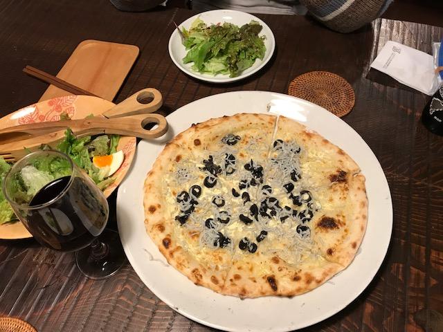 イタリア料理店「自由人処(じゆうじんどころ)」のシラスピザ