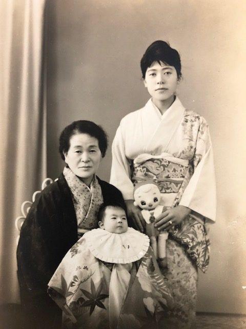 母と朝子おばあちゃんに抱かれた筆者(鹿児島で撮影)