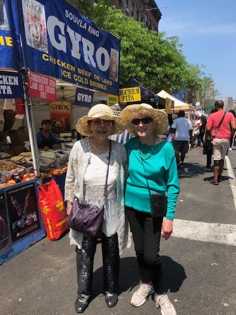 わわ(母)とナナ(義母)、ニューヨーク市のフードフェスティバルにて