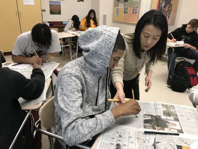 習字に挑戦する生徒たち