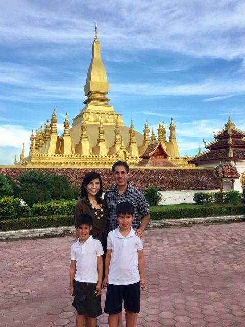 ビエンチャンで一番大きいお寺『タート・ルアン』で家族と