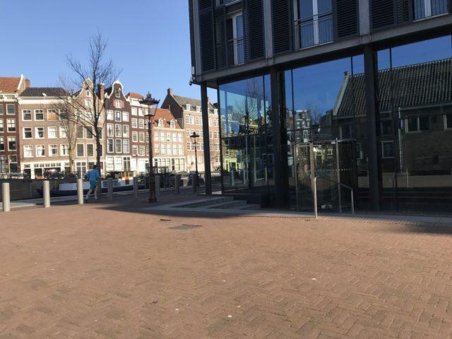 閑散としたとした「アンネ・フランクの家」ミュージアム側の入り口前。通常この広場で大勢の人たちが入館を待つ